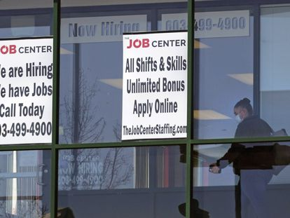 Anuncios de contratación en una oficina de empleo en Manchester (New Hampshire), el pasado 2 de marzo.