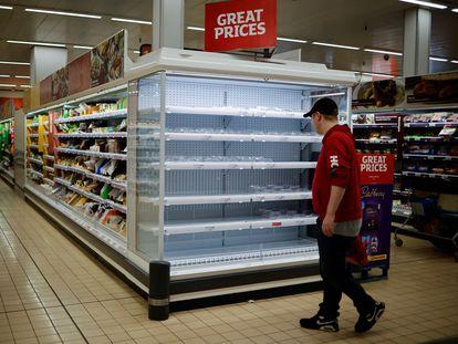 Un cliente mira una estantería vacía en un supermercado de Londres el pasado mes de septiembre.