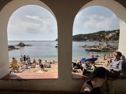 Personas disfrutan del buen tiempo el viernes Santo en la Calella de Palafrugell, en Girona.