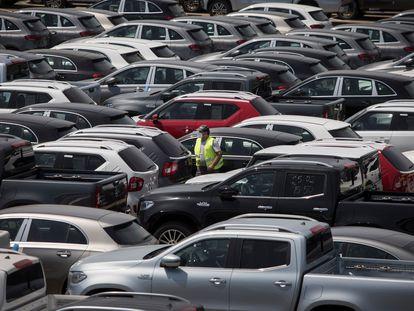 Un aparcamiento de coches nuevos listos para la distribución en Sant Boi del Llobregat, el pasado enero.