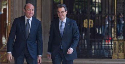El ministro de Economía Luis De Guindos, a la izquierda, y el presidente de la Generalitat, Artur Mas, en el Palau de la Generalitat.
