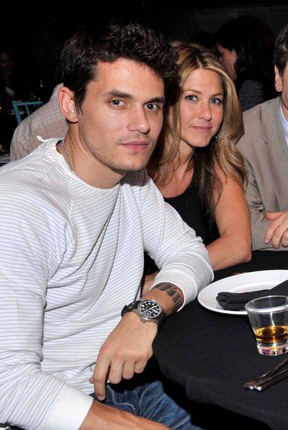 El músico John Mayer con la actriz Jennifer Aniston
