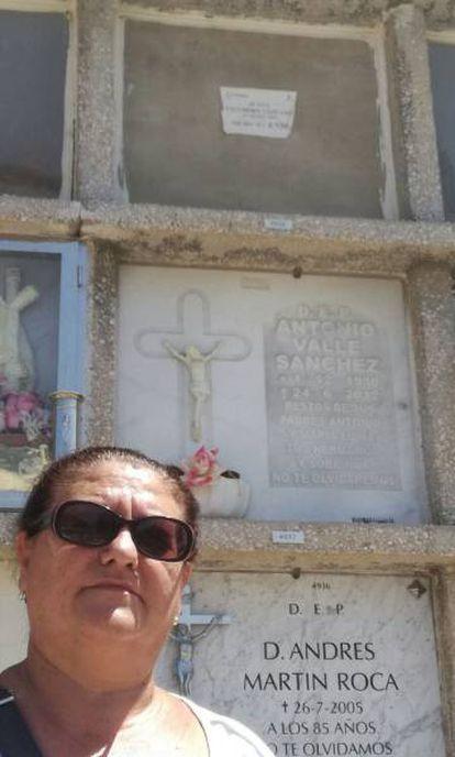 Juana Escudero Lezcano delante del nicho (arriba, sin lápida) de la mujer cuyos datos coinciden exactamente con los suyos.