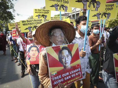 Manifestantes protestan contra la junta militar con imágenes de la líder birmana Aung San Suu Kyi, este lunes en Mandalay.