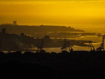 Vista del puerto de Vigo al anochecer.