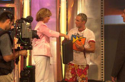 Mercedes Milá e Ismael Beiro, primer ganador de 'Gran Hermano', durante la entrega del premio.