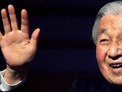 El emperador Akihito de Japón saluda a los ciudadanos desde un balcón del Palacio Imperial durante la celebración del Año Nuevo en Tokio.