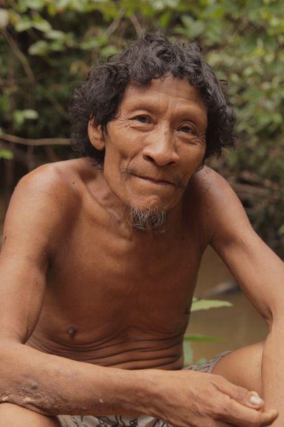 Karapiru Awá fotografiado junto a un río.