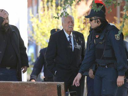 El ex teniente coronel, Antonio Tejero (en el centro), en el cementerio de Mingorrubio. En vídeo, el golpista es recibido entre aplausos a su llegada al cementerio.