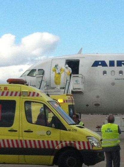 El pasajero con fiebre procedente de Nigeria sale del avión de Air France.