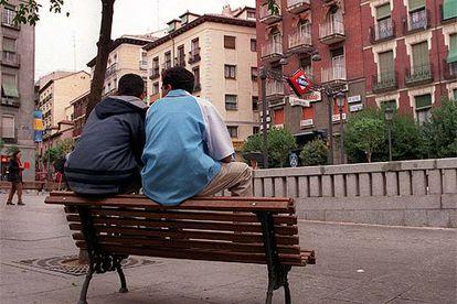 Dos jóvenes magrebíes, en la madrileña plaza de Lavapiés.