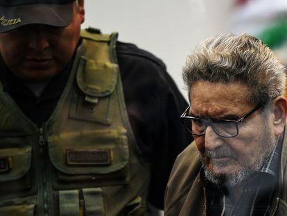 Abimael Guzmán es escoltado por un policía a su llegada a un tribunal de Lima, Perú, en septiembre de 2018.