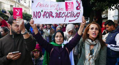 Protesta de boicot en Argel a las elecciones de este jueves. Entre los manifestantes, Mariam muestra una pancarta con el lema