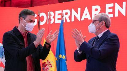 Pedro Sánchez aplaude a Ángel Gabilondo durante la presentación de su candidatura.