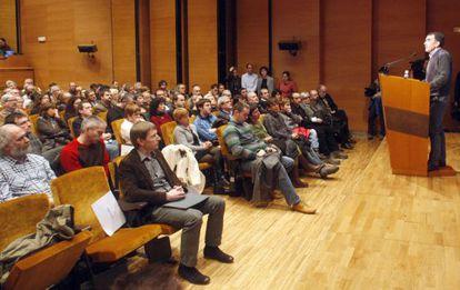 Presentación de Sortu, nuevo proyecto de la izquierda abertzale en Bilbao. Iñigo Iruin escucha a Rufi Etxebarria.