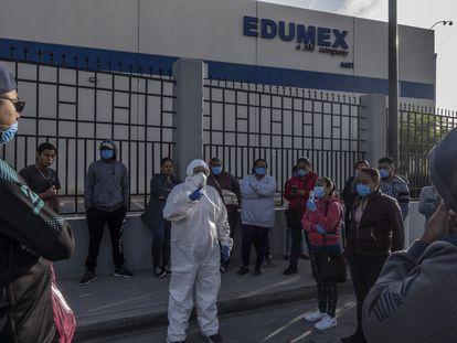 La abogada Susana Prieto asesora a las trabajadoras de la maquila EDUMEX durante un paro de labores el d'a 20 de abril de 2020 En Ciudad Ju‡rez, Chihuahua. MŽxico.  Las maquinadoras en esta ciudad fronteriza no ha detenido sus actividades, lo cual las ubica como un gran foco de contagios ante la emergencia de la COVID-19