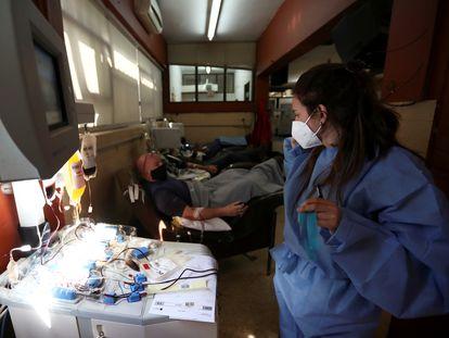 Varias personas que han superado la covid donan plasma sanguíneo en un centro de La Plata (Argentina), el 5 de octubre.