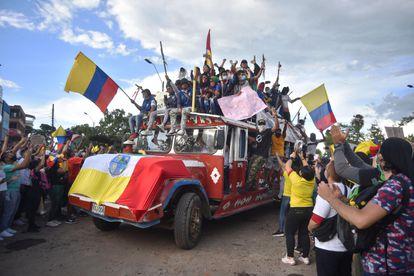 Manifestantes dan la bienvenida a los buses que llegan con indígenas procedentes del departamento del Cauca para sumarse a las jornadas de protestas contra la reforma tributaria, el 1 de mayo en Cali.