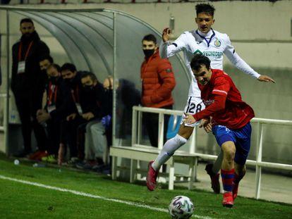David Alba, del Getafe, lucha un balón con Mikel Arzalluz.