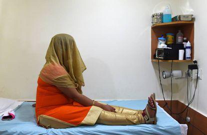 Una mujer, en un centro de gestación subrogada en Nueva Delhi.