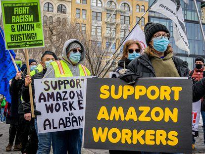 Trabajadores de Amazon protestan en Nueva York, este mes de febrero.