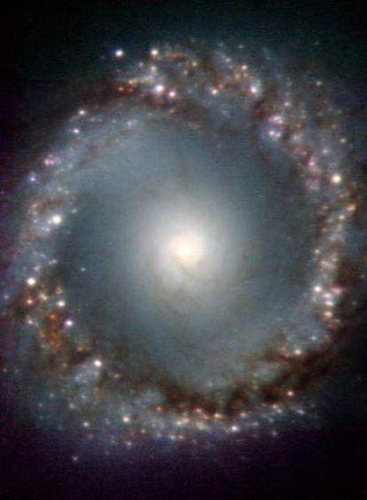 Centro de la galaxia NGC1097, tomada con el telescopio VLT de Paranal (Chile) y el sistema de óptica adaptativa NACO.