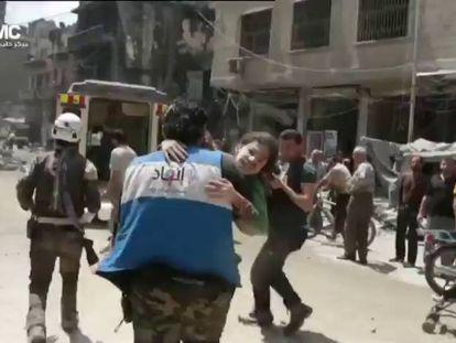 Una niña es rescatada bajo los escombros después del bombardeo