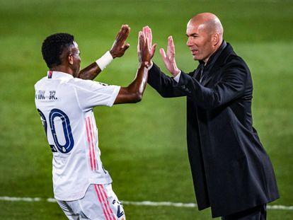 Vinicius celebra con Zidane su segundo gol, el tercero del Madrid, este martes ante el Liverpool en el Alfredo di Stéfano.