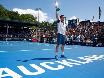 Bautista eleva el trofeo del torneo de Auckland.