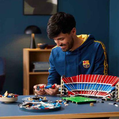 Una persona construyendo el modelo de LEGO del Camp Nou