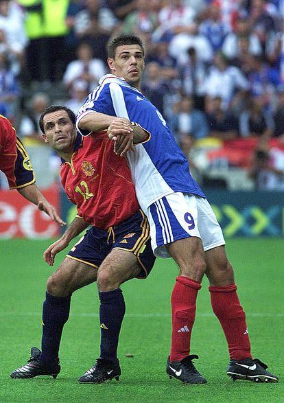 Sergi Barjuan puja por un balón con Milosevic en la Eurocopa del año 2000.