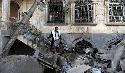 Un yemení inspecciona los daños en una vivienda tras un supuesto ataque de la coalición internacional liderada por Arabia Saudí en un barrio de Saná (Yemen), el pasado 9 de junio.
