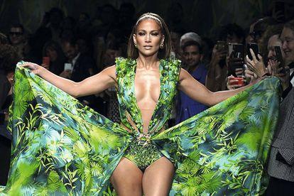 Jennifer López, vestida de Versace.