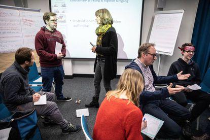 Un grupo de alemanes paraticipa en un curso para aprender a rebatir argumentos populistas en la Central regional para la Formación Política de Berlín.