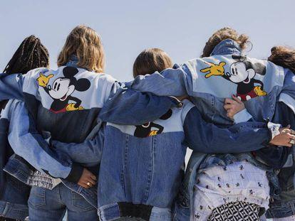 Una serie de chaquetas de Desigual con Mickey Mouse detrás.