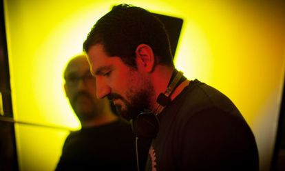Jorge Torregrosa con Javier Cámara (al fondo) en el rodaje de 'La vida inesperada'.