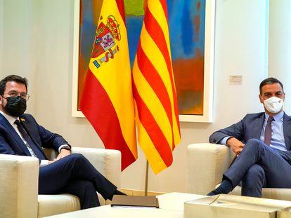 El presidente del Gobierno, Pedro Sánchez, y el de la Generalitat, Pere Aragonès, en el palacio de La Moncloa.