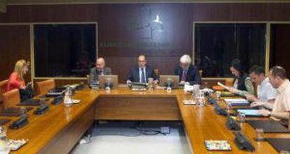 El 'ararteko', Iñigo Lamarca (al fondo, a la izquierda), ayer en su comparecencia en la ponencia.