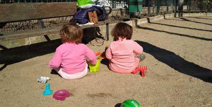 Las mellizas Candela y Valentina, jugado en el parque.