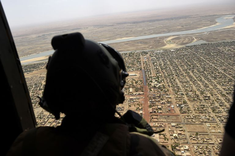 Un soldado francés sobrevoló una zona de Malí en mayo de 2017 a bordo de un helicóptero militar.