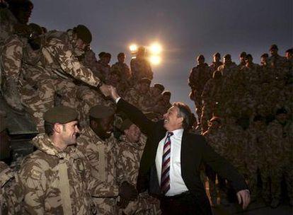 Tony Blair saluda a los soldados británicos destinados en Basora (Irak) en diciembre de 2006.
