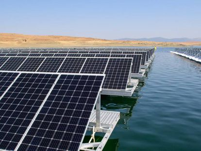 Primera instalación fotovoltaica flotante de España, en el embalse de Sierra Brava (Cáceres).