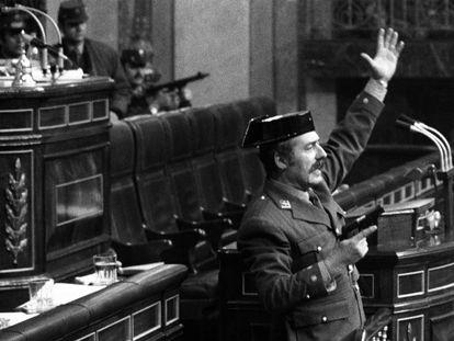 El teniente coronel Tejero irrumpe pistola en mano en el Congreso de los Diputados, el 23 de febrero de 1981.
