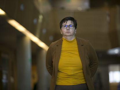 Encarnación Burgueño el viernes en un pasillo de la Asamblea de Madrid después de su testimonio ante los diputados que investigan la tragedia en las residencias.