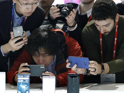 Asistentes al MWC fotografían las novedades de la compañía japonesa Sony Mobile.
