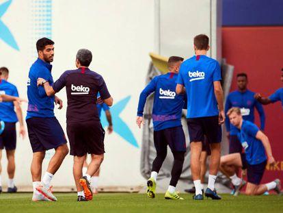 Luis Suárez habla con Valverde durante el entrenamiento del viernes.