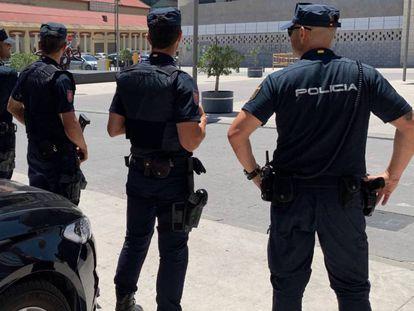 Varios efectivos de la Policía de Málaga, en una imagen de archivo.