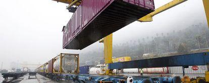 Línea de mercancías del Morrot, en el puerto de Barcelona.