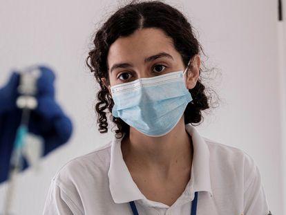 Una sanitaria a punto de ser vacunada en Las Palmas, el 13 de enero.