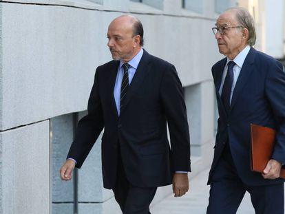 A la izquierda, Javier Monzón, a su llegada a la Audiencia Nacional, en una imagen de archivo.